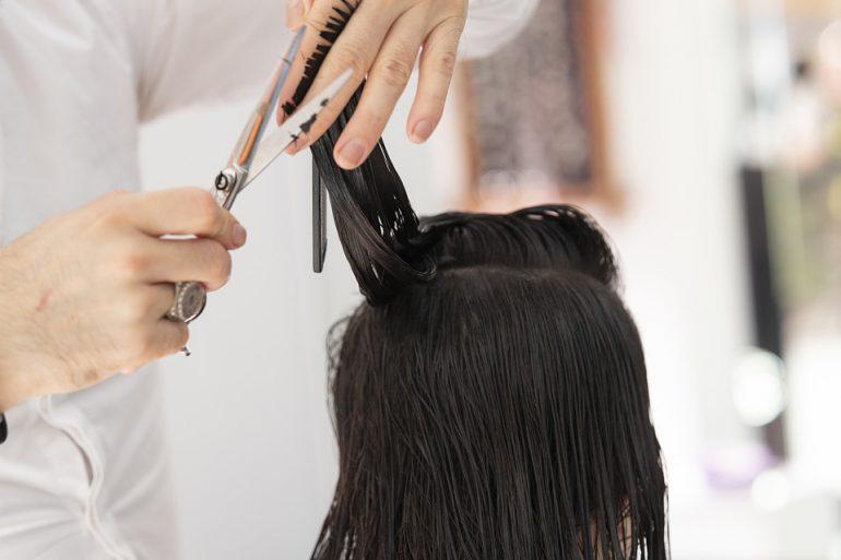 Хозяйка салона красоты на Дыбенко заплатит штраф за стрижку клиентов в пандемию