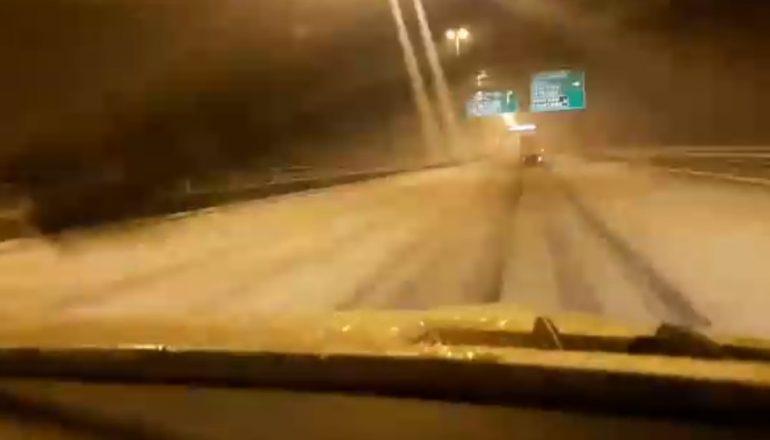 Дорожники засыпали снежно-скользский КАД 129 тоннами соли