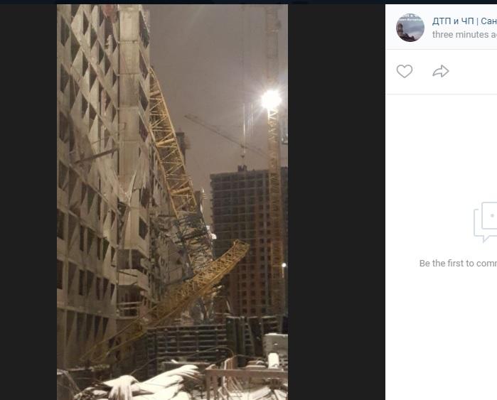 Башенный кран рухнул на строящийся дом в Мурино
