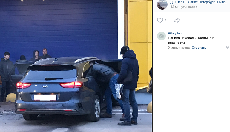 В «Ленту» на Бабушкина заехала KIA, водитель давил на газ и жег резину