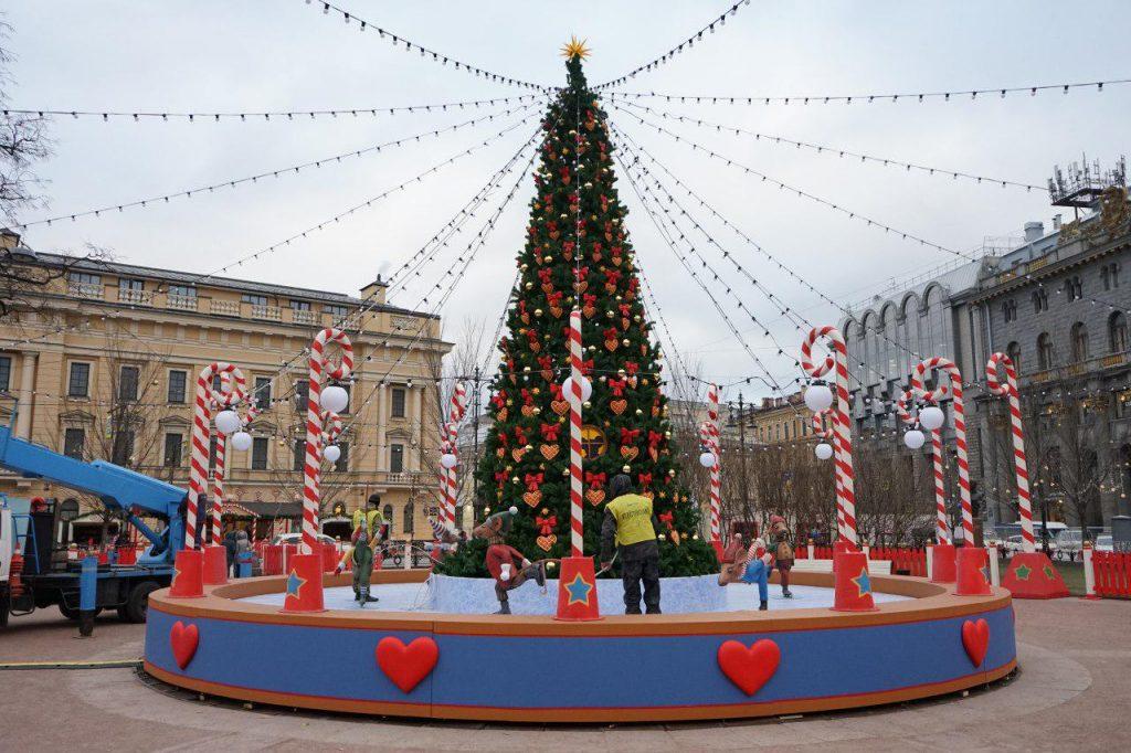 Петербург потратит на искусственные новогодние ели 18 млн рублей