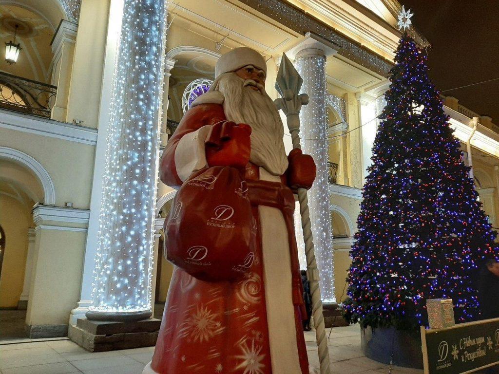 У Гостиного двора монтируют новогоднюю ёлку