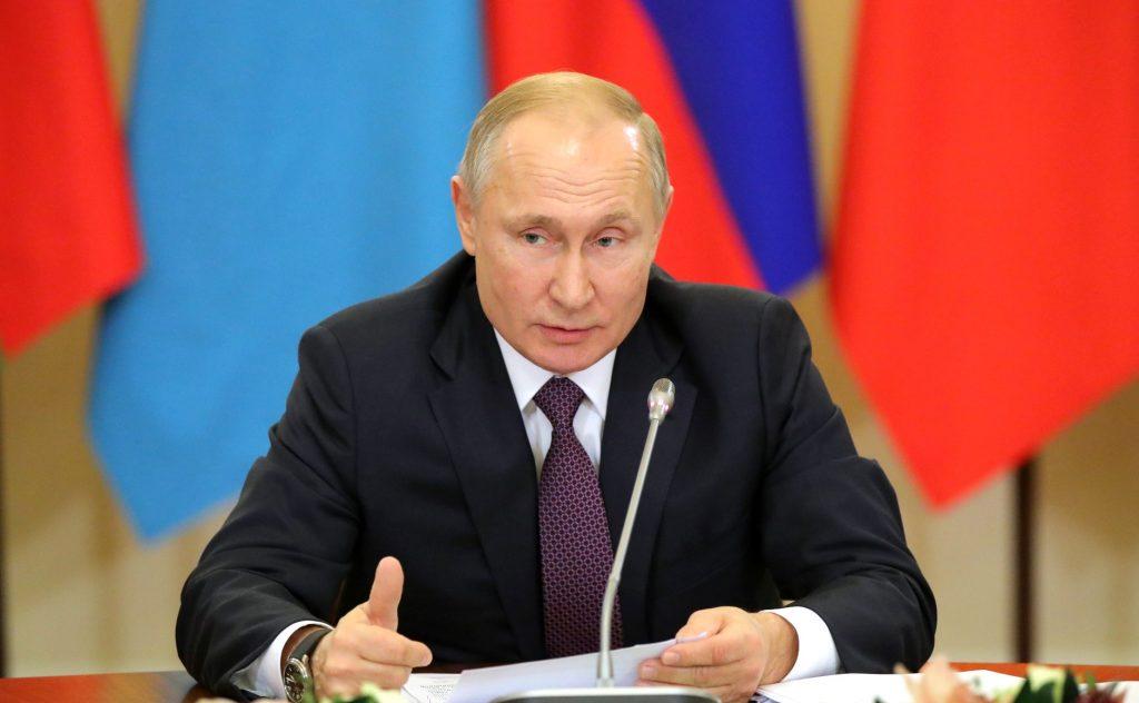 Путин подписал указ о выплатах семьям с детьми по 5 тысяч на ребенка