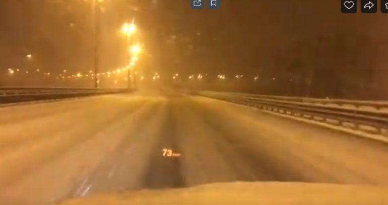 Водители негодуют из-за неубранной от снега платной дороги в Петербурге