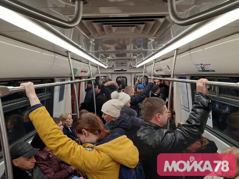 В метро рассказали, почему машинисты «игнорируют» бегущих к вагону петербуржцев