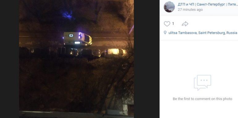 Очевидцы: реанимация увезла пьяную женщину, выпавшую из окна на Тамбасова