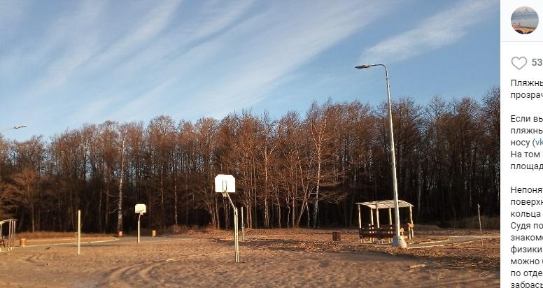 На пляже в Лисьем Носу новый сюрприз: подрядчик сделал баскетбольную площадку в «песочнице»