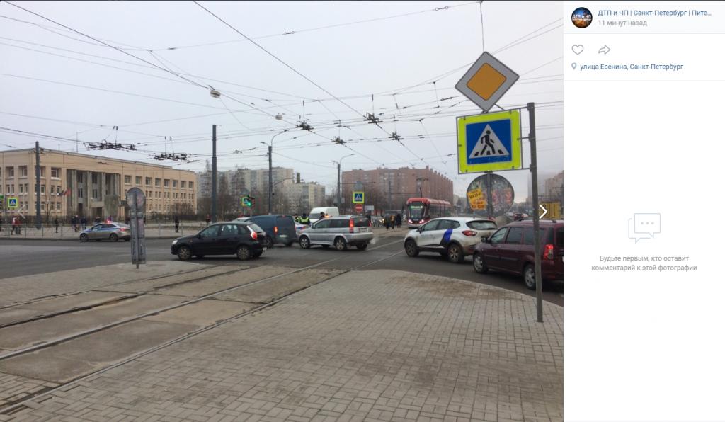 «Сезон окончен»: мотоциклист угодил в жесткое ДТП на перекрестке Просвещения и Есенина