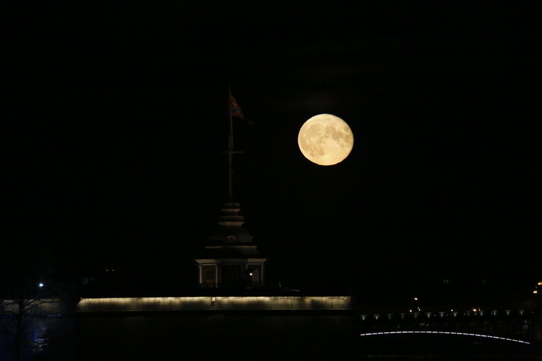 Петербуржцы наслаждаются первым лунным затмением года, повезло не всем