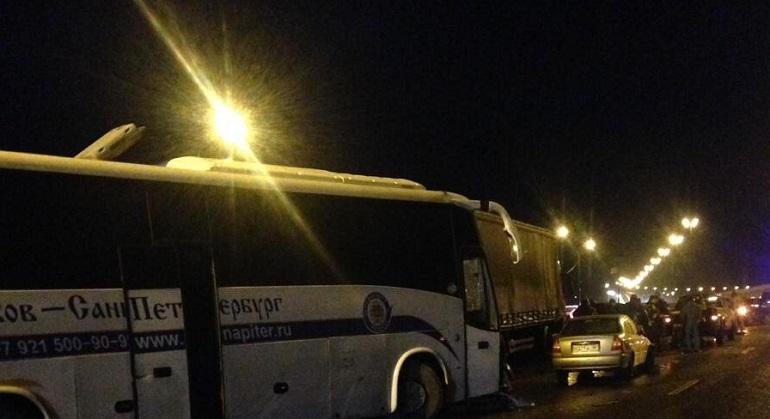 На трассе Петербург-Псков два ДТП собрало девять машин