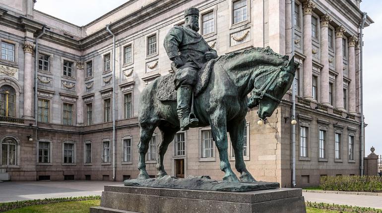 В КГИОП не поддержали перенос памятника Александру III на Восстания