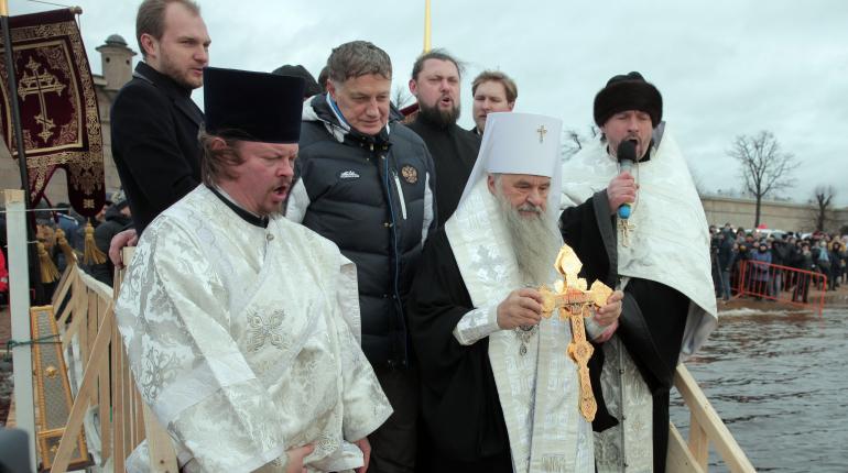 Макаров окунулся в крещенскую купель и удивился теплой погоде