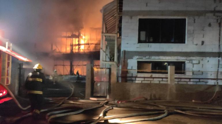 Недостроенное здание горело на 600 «квадратах» в Приморском районе