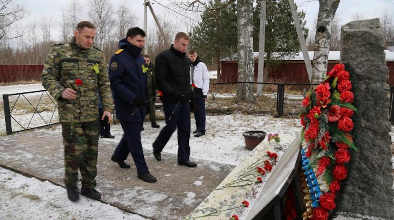 Представители Следкома РФ возложили цветы на братскую могилу в деревне Лаврово