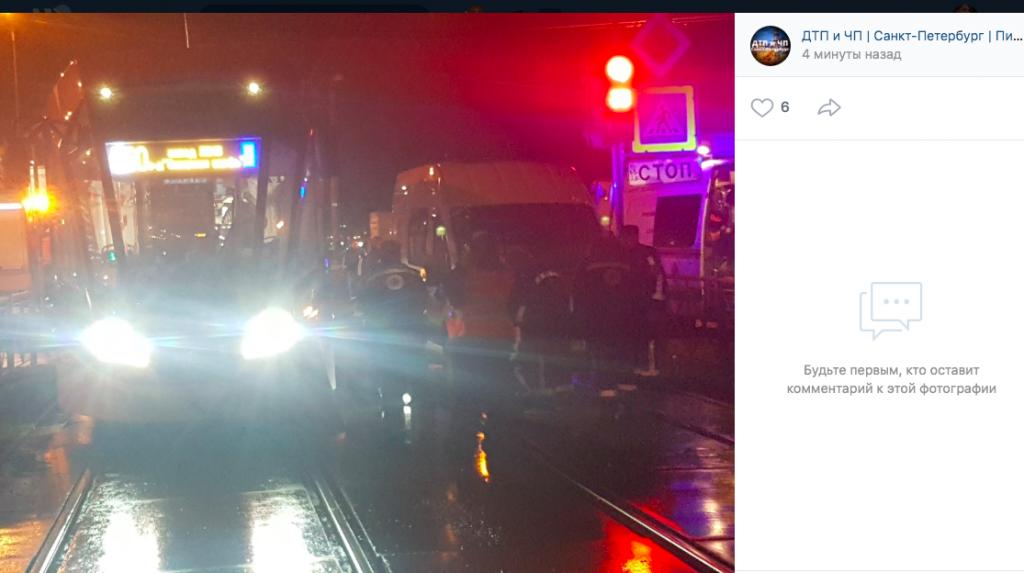На перекрестке Доблести и Петергофского трамвай насмерть сбил человека
