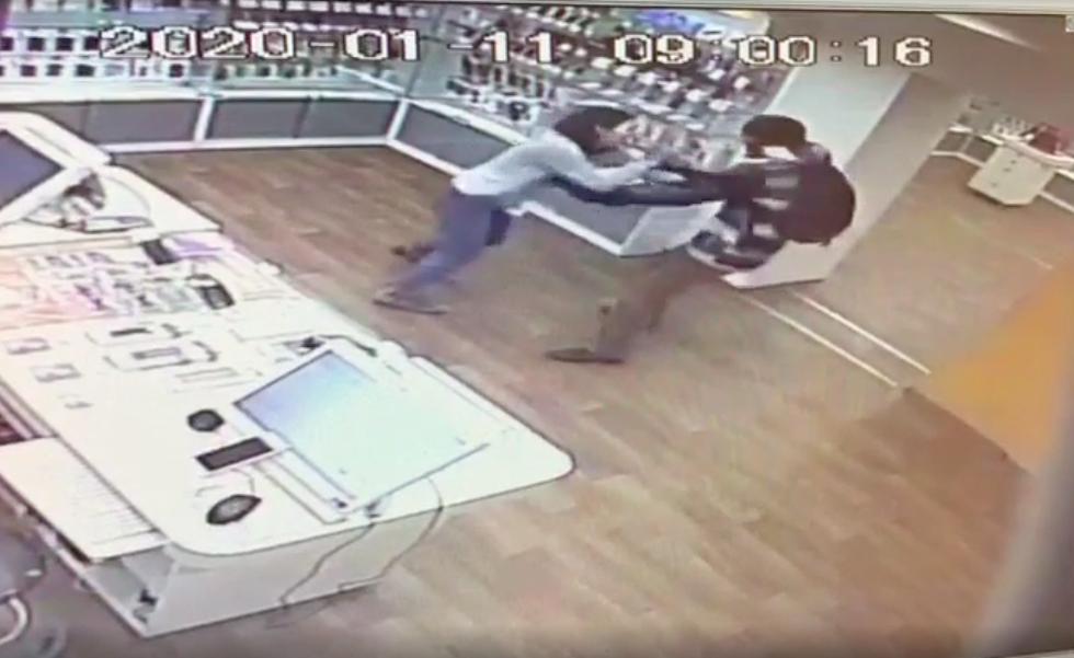 МВД показало кадры жесткого ограбления «Связного» на Савушкина