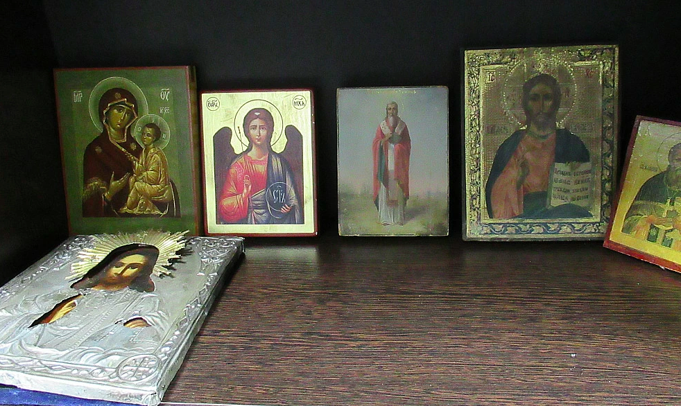 Коронавирус позарился на святыню: верующих просят не целовать иконы