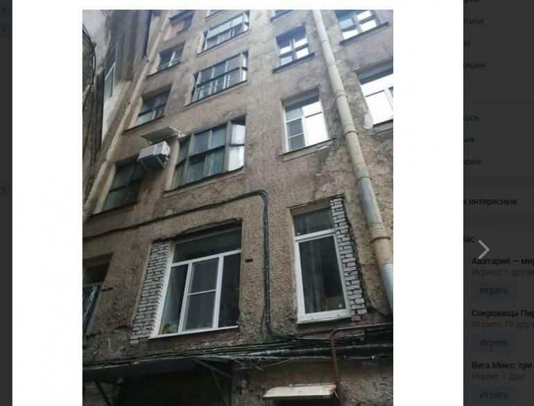 Жители дома Кончиелова пожаловались на изуродованный фасад