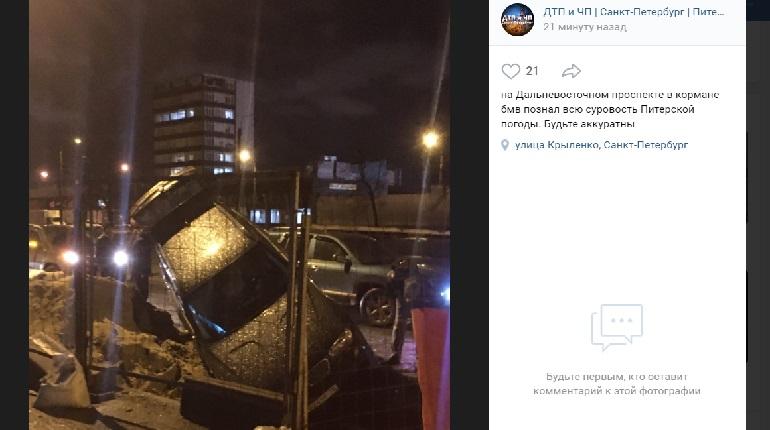 На Дальневосточном BMW провалился в вырытую из-за ремонта яму