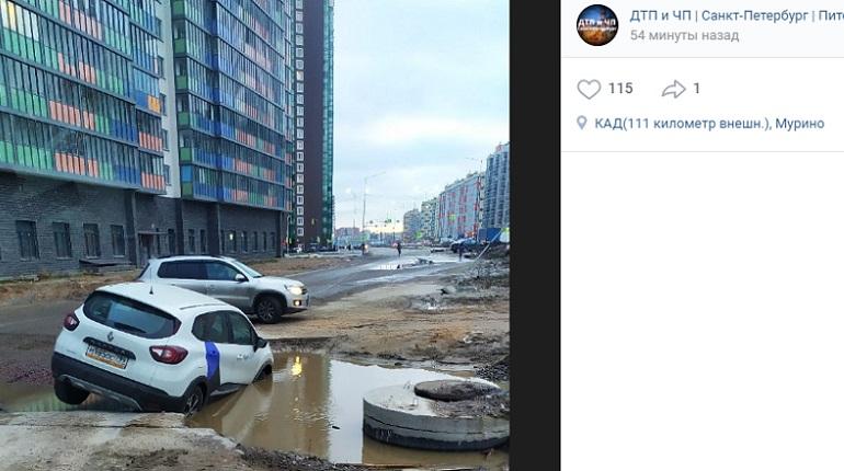 «Пошел ко дну»: в Мурино каршеринговыйRenault утонул в луже