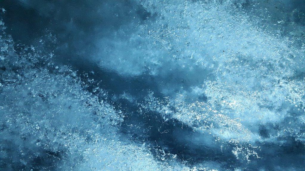 Прохожие вытащили двух детей, провалившихся под лед на Дудергофском канале
