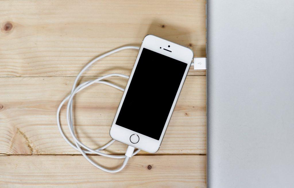 Эксперт рассказал о вреде использования смартфона во время зарядки