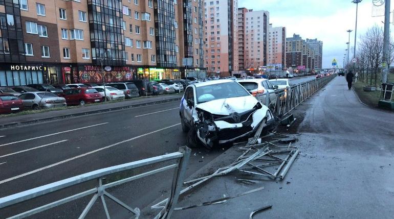 В Кудрово каршеринговый автомобиль влип в забор