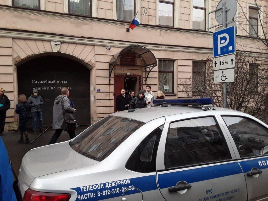 За удар полицейского по лицу рожком для обуви петербурженка получила год условно