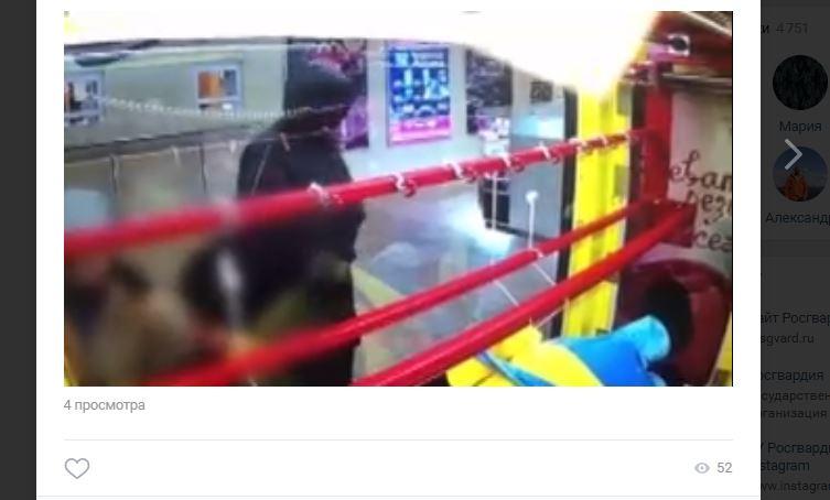 Хулиган разбил игровой автомат на глазах ребенка и забрал 8 тысяч у миньона