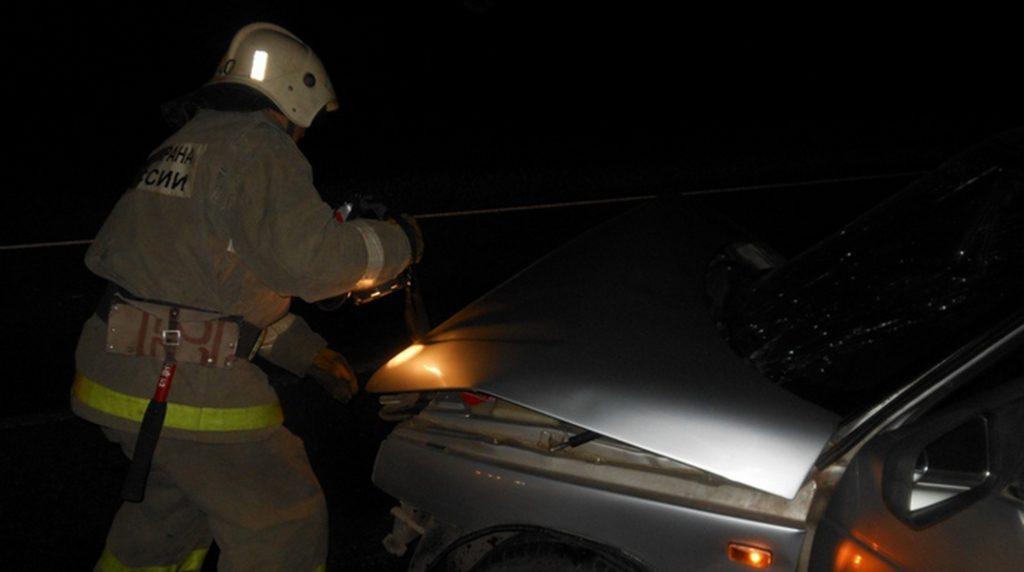 В Малых Колпанах пострадавшего в ДТП доставали из машины спасатели