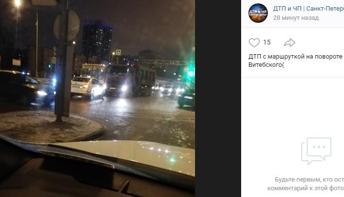 На Витебском маршрутка «притерлась» к грузовику на повороте в Шушары