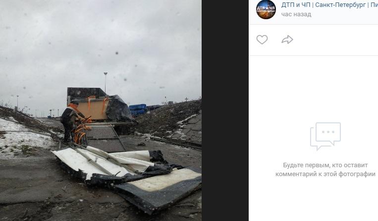 На Сортировке «Газель» потерял груз прямо под мостом