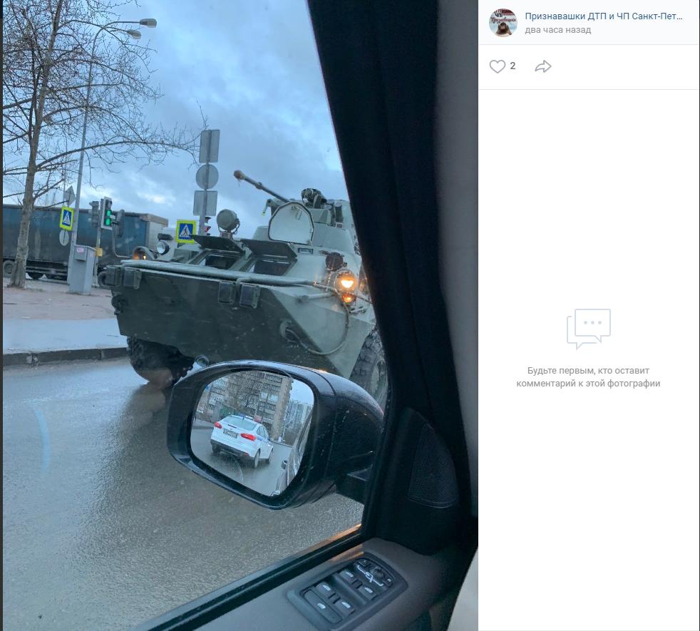 Проверка дороги на прочность: БТР заметили на петербургских улицах
