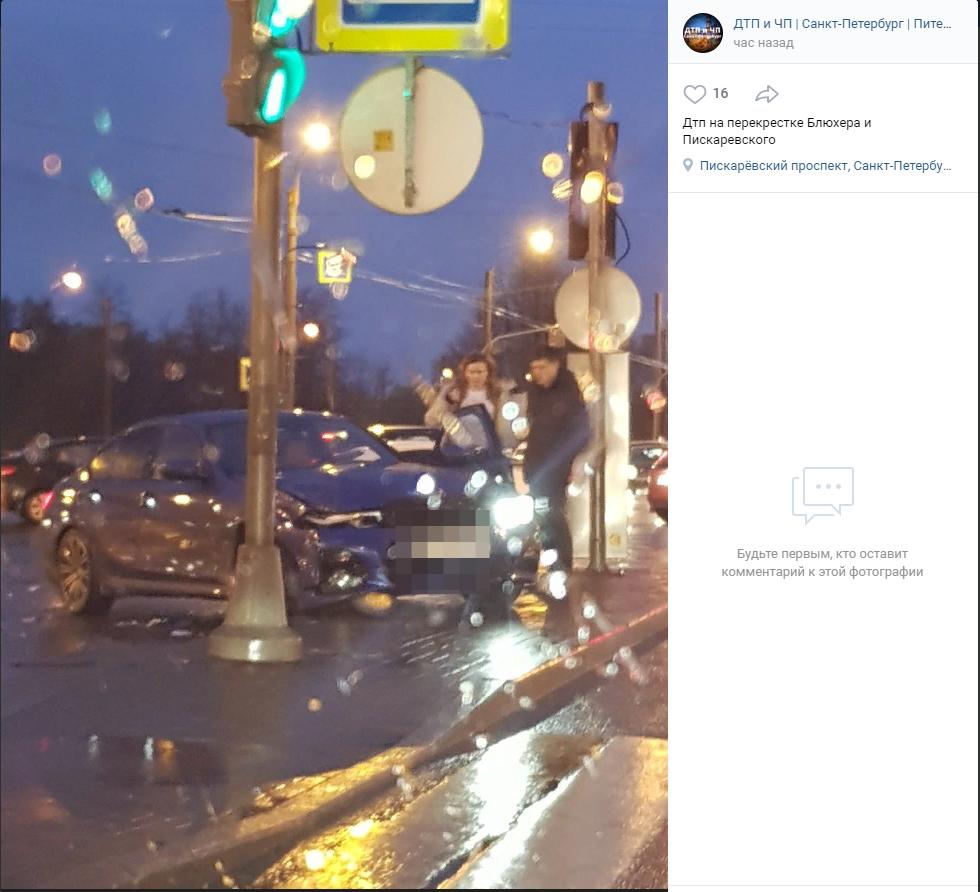 Водитель BMW снес столб на перекрестке Пискаревского и Блюхера
