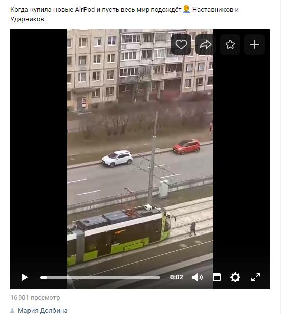 «И пусть весь мир подождет»: петербурженка в наушниках не пропустила «Чижик»
