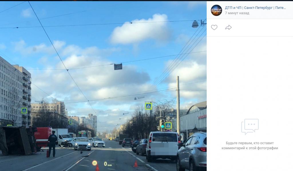 «Газель» с газовыми баллонами опрокинулась после ДТП на Торжковской