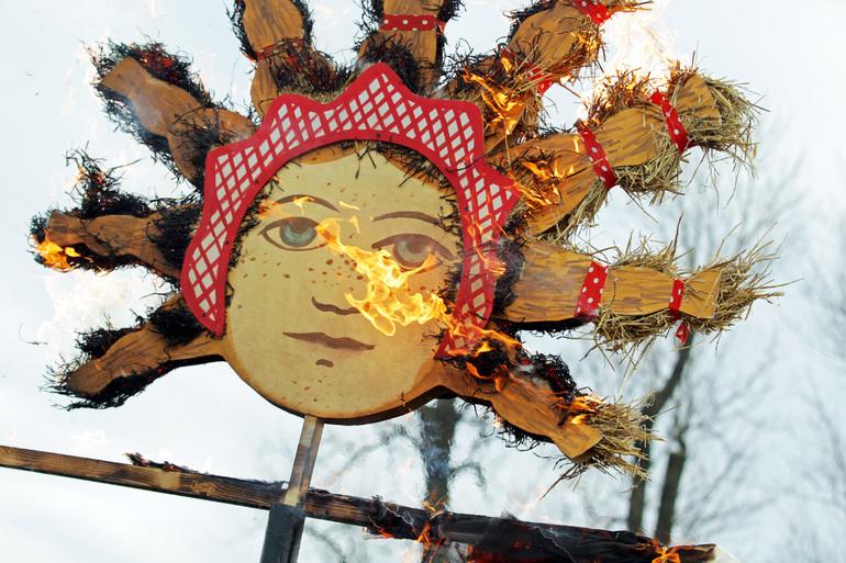 В Новой Голландии проводят зиму сожжением 5-метрового чучела Масленицы