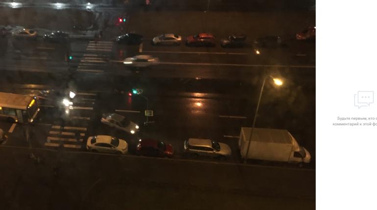 Поваленный ветром светофор на проспекте Героев перекрыл 1,5 полосы