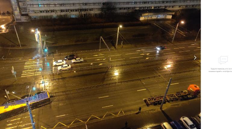 На Бухарестской фура потеряла груз резины для самосвала