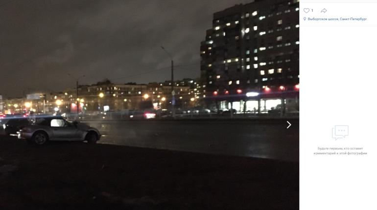На Выборгском шоссе BMW влетела в столб