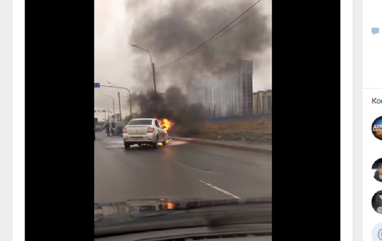 ДТП «с огоньком»: на Энгельса полыхал автомобиль без людей в салоне