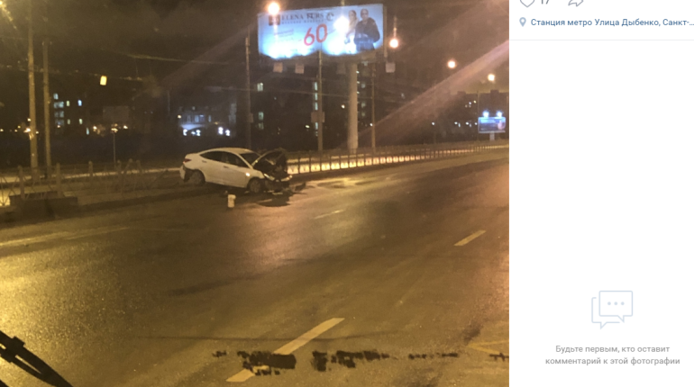 У «Улицы Дыбенко» легковушка протаранила забор