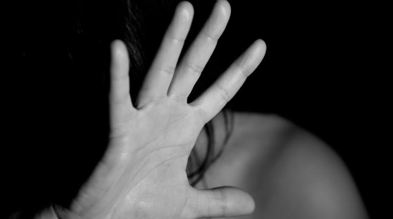 В поле под Гатчиной местный житель изнасиловал несовершеннолетнюю