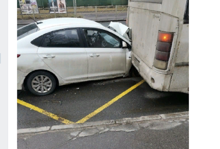 Hyundai «нырнул» под маршрутку на площади Калинина