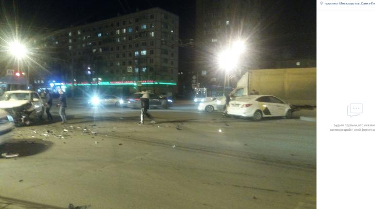 На Пискаревском такси не уступило дорогу и попало в аварию