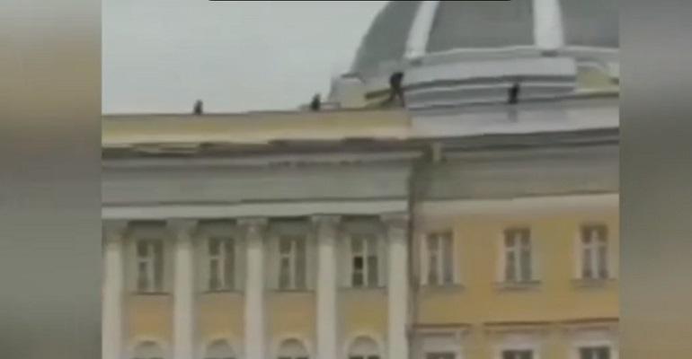Полиция гоняла забравшихся на Главный штаб руферов