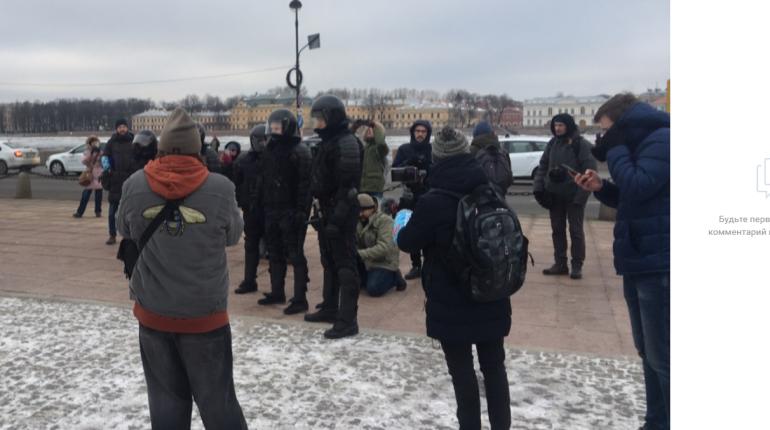 Восемь человек задержали на несогласованной акции на Сенатской площади
