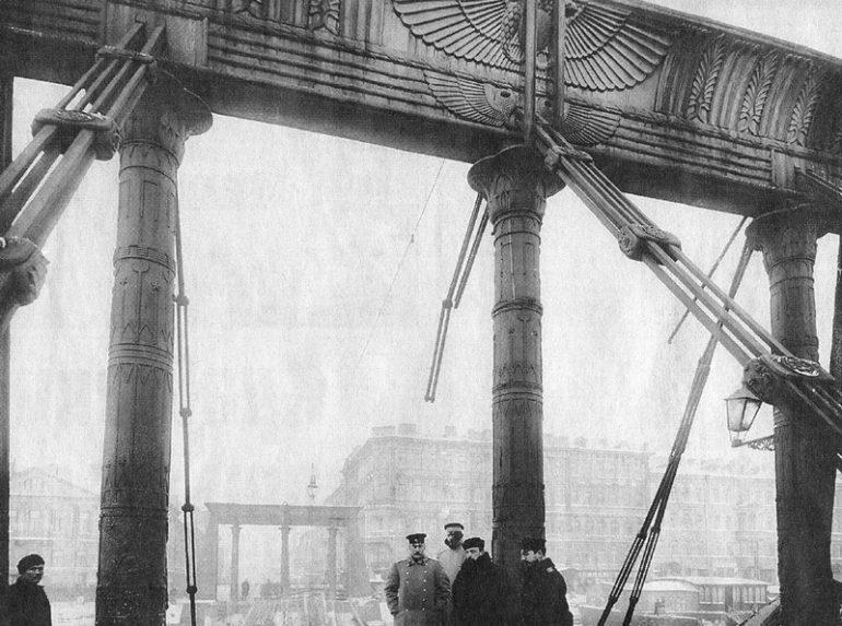 День в истории: что в начале XX века запретили делать на Египетском мосту
