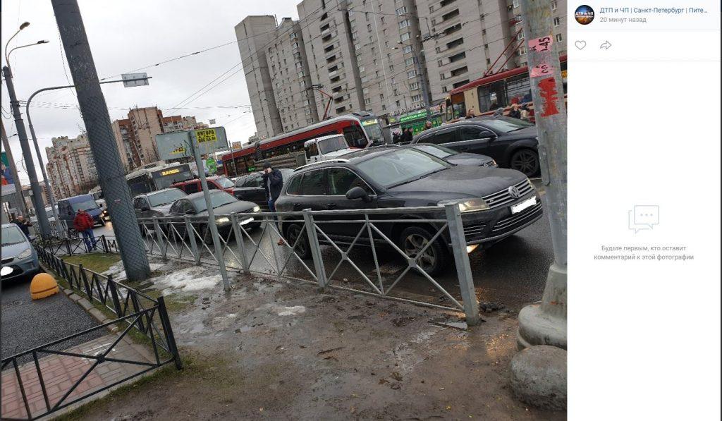 «Паровозик»: иномарки угодили в массовое ДТП на перекрестке Энгельса и Просвещения