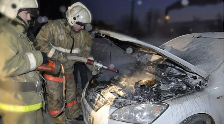 Петербургские спасатели тушили автомобиль на Большеохтинском
